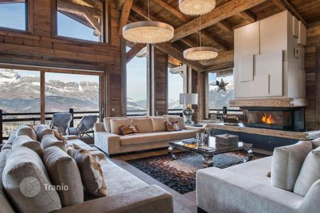 Chalets for rent in Auvergne-Rhône-Alpes. Stylish chalet with a pool, a cinema room and a view of the valley, near the slopes and the center of the town, Megeve, France