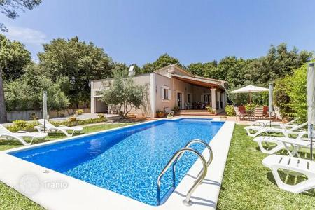 4 bedroom houses for sale in Pollença. Lovely villa with a swimming pool in a quiet residential area not far from the town in Pollensa, Mallorca