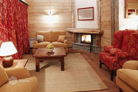 6 bedroom villas and houses to rent in Val d'Isere. Piste side chalet with fireplace and mountain view in a popular ski resort in Val d`Izer, France