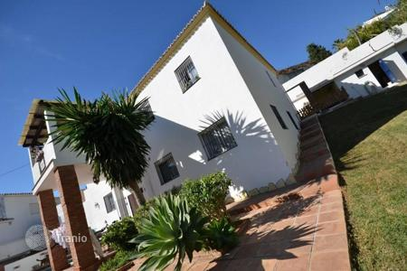 Houses with pools by the sea for sale in Costa del Sol. This beautiful villa is situated in gated private complex just 500 m to the beach and a 7-minutes walk to the Carrefour supermarket
