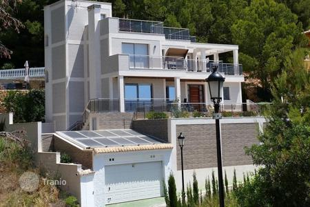 Houses for sale in Altea Hills. Villa of 7 bedrooms with luxury finishes, with private terrace and salt water swimming pool offering sea views in Altea Hills