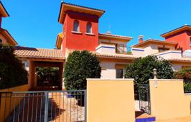 Cheap property for sale in Dehesa de Campoamor. 3 bedroom detached villa with big terrace in a complex with pool in Cabo Roig