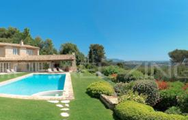 Luxury villas and houses for rent with swimming pools in Côte d'Azur (French Riviera). Saint-Paul de Vence — Villa with panoramic sea view in private domain