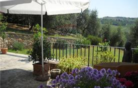 Houses with pools for sale in Montespertoli. A lovely property in Chianti area!