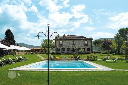 Villas and houses for rent with swimming pools in Pergine Valdarno. Villa – Pergine Valdarno, Tuscany, Italy