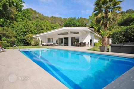Cheap 4 bedroom houses for sale in Côte d'Azur (French Riviera). Sunny villa in Mougins, France. Green garden, heated swimming pool, jacuzzi, prestigious residence