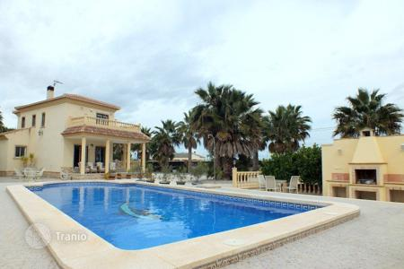 Houses with pools for sale in Catral. 4 bedroom villa with private pool, summer dining area, BBQ area and balconies in Catral