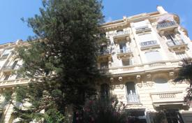 2 bedroom apartments by the sea for sale in Provence - Alpes - Cote d'Azur. Large 3 room apartment with balcony