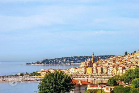 Luxury houses with pools for sale in Menton. Charming villa with panoramic sea views in the village of Garavan