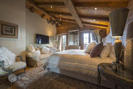 5 bedroom villas and houses to rent in Central Europe. A comfortable chalet with 5 bedrooms, a living room with a fireplace, a jacuzzi, a sauna, a Turkish bath and a pool, Verbier, Switzerland