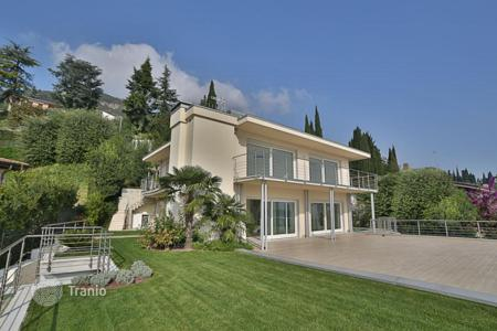 Apartments with pools for sale in Lombardy. Luxury 2 storey penthouse in Salò, Garda lake