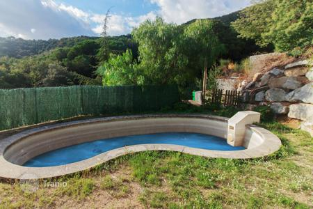 6 bedroom houses for sale in Catalonia. House with 2 balconies and 1 terrace of 100 sqm with a fantastic view. 300 m from the bus stop, 1 minute from the mountain