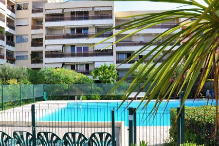 Cheap 2 bedroom apartments for sale in Côte d'Azur (French Riviera). Apartment-loft in a residence with pool