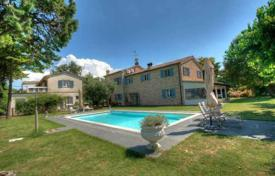 Houses with pools for sale in Marche. Luxury villa between the sea and the mountains