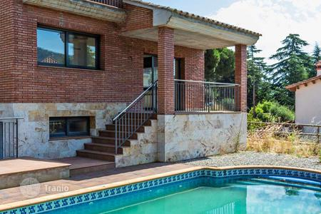 Houses with pools for sale in Catalonia. Elite three-storey villa with swimming pool, garage and sea views in Argentona, suburb of Barcelona
