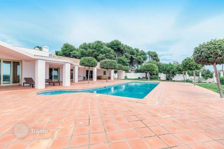 Luxury houses with pools for sale in Estepona. Villa for sale in Benamara, Estepona