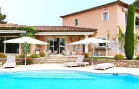 Luxury houses with pools for sale in Mougins. Spacious neo-Florentine villa with a pool and a garage in a luxurious gated estate near the best golf-clubs, Mougins, France