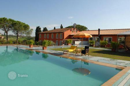 Commercial property for sale in Lucca. B& B mini-Hotel with 11 apartments, pool and garden in Tuscany