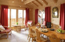 Residential to rent in Huez. A comfortable chalet (ski-in/ski-out) with 8 bedrooms, sauna, jacuzzi, a balcony, a ski room, Alpe d'Huez, France