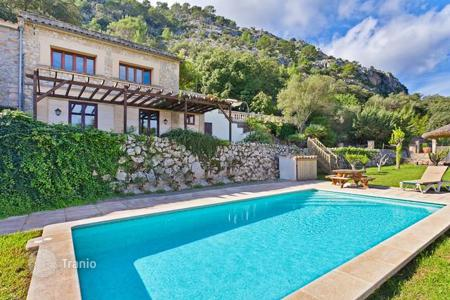 Houses with pools for sale in Majorca (Mallorca). Country house with stunning views on the outskirts of Pollensa, Mallorca