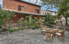 Houses for sale in Guardea. Charming farmhouse with a large stone courtyard and garden
