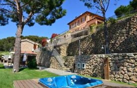 Luxury 4 bedroom houses for sale in Liguria. House with a large weel kept garden and panoramic views of the city, the sea and the French coast