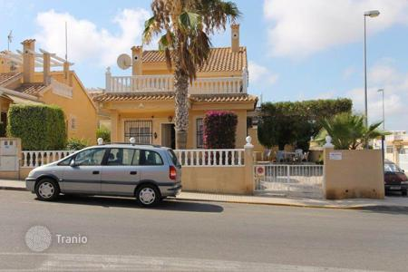 Townhouses for sale in Costa Blanca. Partially furnished townhouse with private garden and solarium, in a residence with swimming pool, in Torrevieja, Alicante, Spain