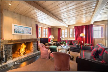Chalets for rent in Auvergne-Rhône-Alpes. Traditional chalet in Courchevel, France. Spacious house on the slope, near a piste and a ski lift
