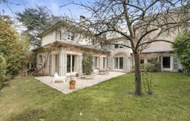Saint-Cloud. A family property in a south-facing plot. for 1,850,000 €