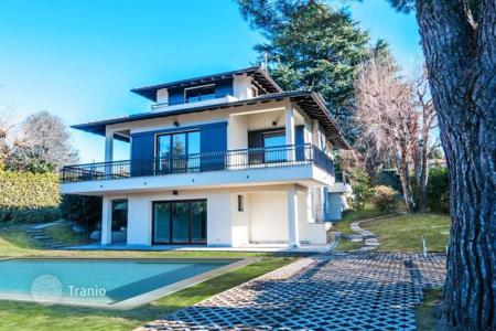 4 bedroom houses for sale in Lombardy. Renovated villa in Ranco, Italy. House with a terrace and a garden, in the center of the city, at 50 meters from the lake