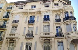 3 bedroom apartments by the sea for sale in Nice. 4 room apartment, top floor, elevator, balcony/ terrace in Bourgeois building
