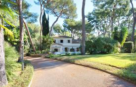 Luxury residential for sale in Saint-Jean-Cap-Ferrat. Provencal villa with swimming-pool in the heart of Cap Ferrat