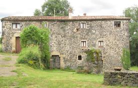 Three-storey villa with two entrances, fireplaces and an annexe, Olot, Spain for 630,000 €