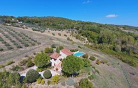 Houses for sale in Umbria. Restored farmhouse with a swimming pool in municipality of Todi