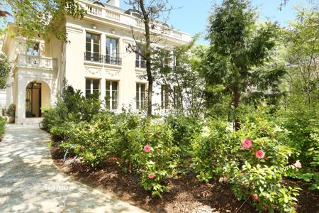 Houses for sale in Ile-de-France. Neuilly-sur-Seine – A magnificent private mansion in an extensive private garden