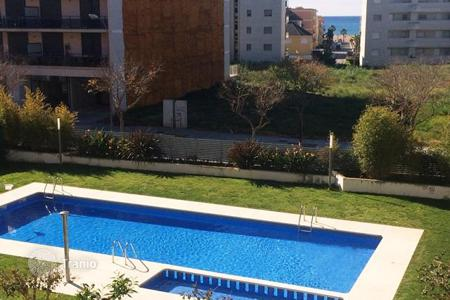 Apartments with pools for sale in Catalonia. Fully furnished apartment with sea views in a modern complex with pool, 300 meters from the beach, Cambrils, Costa Dorada