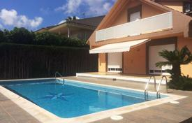 Houses with pools by the sea for sale in Tarragona. Villa – Cambrils, Catalonia, Spain