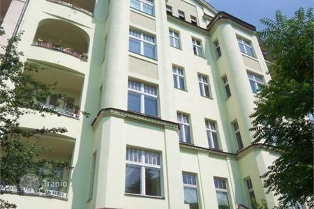 Residential for sale in Kreuzberg. Only 2,880, -per sq! Herrschaftl. 8-room stucco apartment — as investment in Graefekiez!