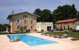 Houses with pools for sale in Aquitaine. Spacious villa with a pool and a picturesque garden, near the thermal resort, Landes, France