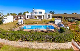 1 bedroom houses for sale in Faro. Unique 3 Bedroom Villa, set within vineyards in Guia with sea views