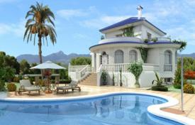 Houses with pools for sale in Costa Blanca. Spacious villa with garden and swimming pool, not far from the beach, in Ciudad Quesada, Spain