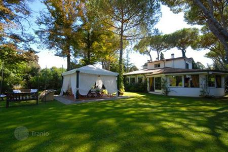 5 bedroom villas and houses by the sea to rent in Lucca. Villa – Marina di Pietrasanta, Tuscany, Italy