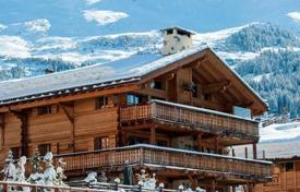 5 bedroom villas and houses to rent in Bagnes. Comfortable chalet with 5 bedrooms, fireplace, jacuzzi, sauna and hammam, in the center of Verbier, Switzerland