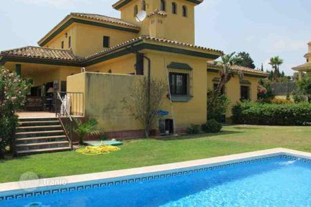 4 bedroom houses for sale in Buron. Very comfortable house in the B zone of Lower Sotogrande