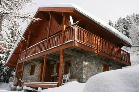 Residential to rent in Mâcot-la-Plagne. A spacious chalet with 4 bedrooms, a living room with a terrace and a ski room, La Plagne, France