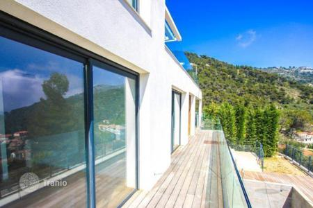 Luxury 5 bedroom houses for sale in Èze. Modern villa with sea views in Eze Village