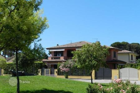 Property for sale in Tuscany. Elegant villa in Marina di Pietrasanta, just 500 meters from the beach