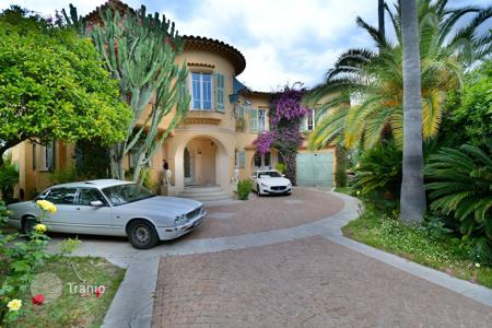 Luxury houses for sale in Saint-Jean-Cap-Ferrat. Cap Ferrat west side, close to beach, superb Art Deco villa sunny and in a small secured domain