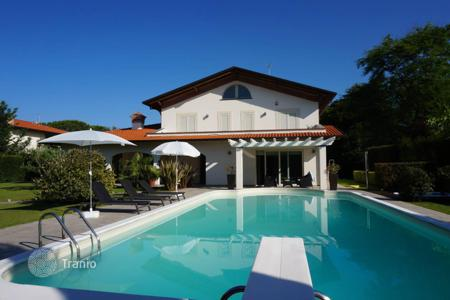 Houses with pools by the sea for sale in Tuscany. Furnished villa with pool and garden, just 900 meters from the beach in Forte dei Marmi, Tuscany, Italy. Bargain is possible!