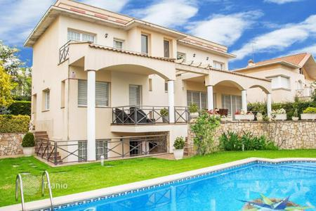 Houses with pools for sale in Vilassar de Dalt. Villa – Vilassar de Dalt, Catalonia, Spain